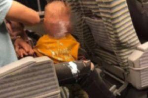 Con trai làm đổ sữa chua lênh láng trên sàn tàu, câu nói của ông bố sau đó khiến mọi người khó lòng chấp nhận