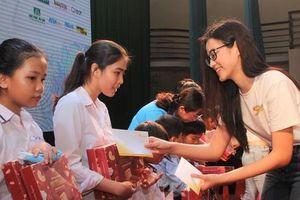 Hoa hậu Đỗ Thị Hà, Trần Tiểu Vy về Long An tặng học bổng, hỗ trợ khám bệnh cho người dân