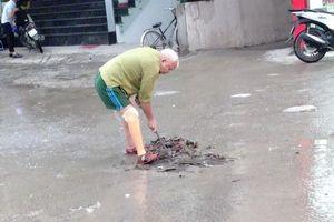 Cụ ông thương binh gom rác dưới cơn mưa Hà Nội khiến giới trẻ tự vấn lòng mình