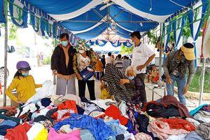 Cấp phát thuốc miễn phí, trao quà cho hộ nghèo trên địa bàn xã Phú Đức