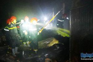 Trắng đêm chữa cháy xưởng gỗ