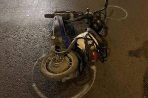 Xe máy điện bị 2 ô tô tông liên tiếp lúc sang đường, 1 nữ sinh bị thương