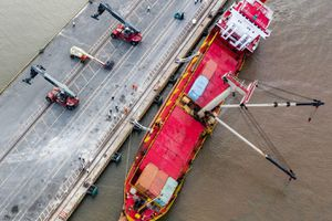 Giảm độ nghiêng tàu hàng 2.400 tấn gặp sự cố ở Tân Cảng Hiệp Phước
