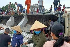 Quảng Bình: Dân giúp tài xế bị lật xe thu gom dưa trong mưa