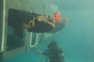 Lính tàu ngầm thoát khỏi tàu mắc kẹt dưới đáy biển như thế nào