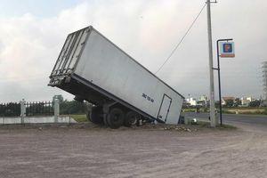 Mất phanh, tài xế xe tải đánh lái xuống ruộng để tránh va chạm với xe khác