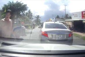 Lái xe dịch vụ bị hành hung chỉ vì bấm còi khi thấy xe 16 chỗ đang lùi