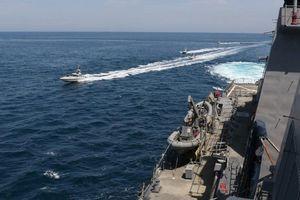 Tàu của Vệ binh Iran 'lượn thành đàn' quanh tàu Mỹ trên Vịnh Ba Tư
