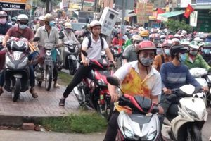Chùm ảnh: Kẹt xe kinh hoàng trên đường Nguyễn Văn Tăng sau cơn mưa