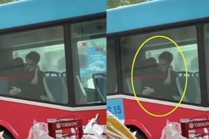 Thản nhiên diễn 'cảnh nóng' trên xe buýt, đôi trẻ khiến nhiều người ngao ngán