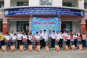 Học sinh thị xã Cai Lậy (Tiền Giang) được tiếp sức đến trường năm 2021