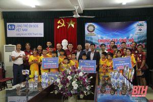 CLB Hoàng Anh Gia Lai và Đông Á Thanh Hóa tặng quà cho Làng trẻ em SOS Thanh Hóa