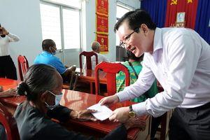Phó Chủ tịch Trung ương Hội Nông dân Việt Nam tặng quà tại huyện Phú Tân