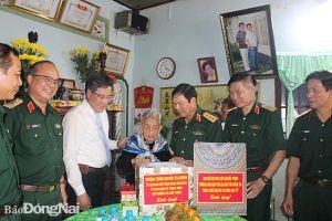 Các đại biểu tham dự Hội thảo Hướng Đông Nam trên địa bàn Đồng Nai viếng Nghĩa trang liệt sĩ huyện Long Thành
