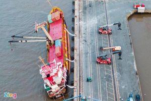 Giảm độ nghiêng tàu hàng làm rơi 18 container xuống sông Soài Rạp