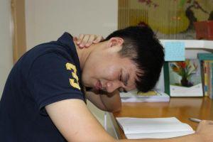 Đau mỏi vai gáy ở tuổi học sinh có thể chữa khỏi mà không cần dùng thuốc