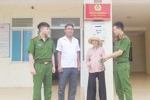 Niềm vui bất ngờ của cụ bà 77 tuổi khi đi làm căn cước công dân