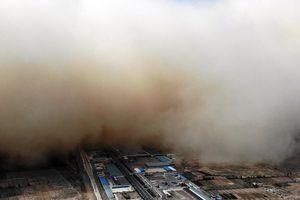 Bão cát 'nuốt chửng' thị trấn ở Trung Quốc