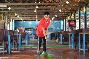 Chủ nhà hàng ở Mũi Né dọn dẹp cơ sở chờ khách du lịch
