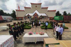 Tiếp nhận hàng cứu trợ người gốc Việt Nam tại Campuchia gặp khó khăn do dịch Covidd-19