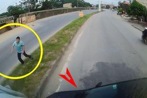 Ô tô con bị container đâm xoay ngang vì cố vượt trúng điểm mù