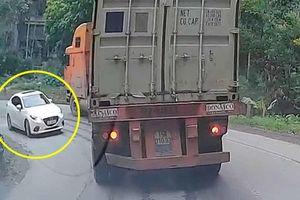 Ôm cua hẹp khi xuống dốc, container ép xe Mazda 3 vào thế khó