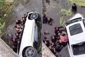 Hàng chục người nhảy xuống sông lật ngửa chiếc xe, cứu 4 người mắc kẹt