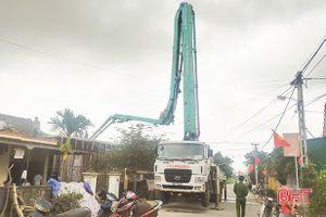 Hà Tĩnh: Gãy cần bơm bê tông khi đổ mái nhà, 1 người tử vong