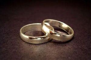 Lựa tới lựa lui một hồi, chồng tương lai chọn ngay cặp nhẫn cưới khiến tôi tái mặt vì sốc