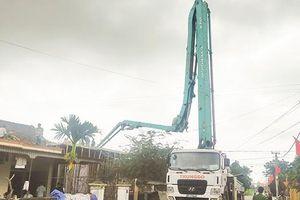 Hà Tĩnh: Gãy vòi bơm xe trộn bê tông, 2 người thương vong