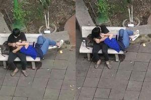 Nhức mắt khoảnh khắc cặp đôi sinh viên vô tư ôm hôn, nằm lên đùi nhau ở nơi công cộng
