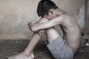 Cuộc sống địa ngục của cậu bé 16 tuổi chỉ nặng 35 kg, thường xuyên bị cha mẹ nuôi hành hạ và bỏ đói