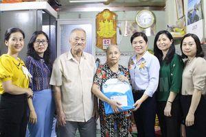 Chủ tịch Hội LHPN TP.HCM thăm, tặng quà các Mẹ Việt Nam anh hùng