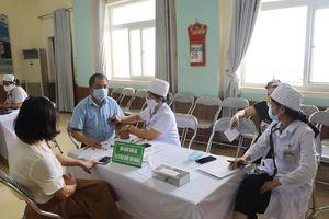 Thị xã Bỉm Sơn tiêm 300 liều vắc - xin phòng COVID-19 cho đội ngũ cán bộ y tế
