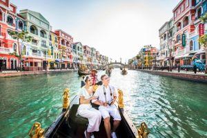 Check-in độc lạ từ view thuyền gondola tại siêu quần thể hot nhất Phú Quốc