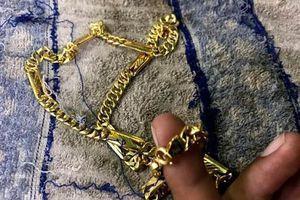 Tưởng khách sộp, chủ hiệu vàng bị giật phắt 2 sợi dây chuyền