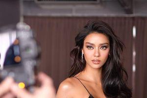 Hoa hậu Hoàn vũ Thái Lan biến sân bay thành sàn diễn thời trang