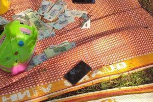 Quảng Ngãi: Bắt quả tang sới bạc 'núp' trong nghĩa địa
