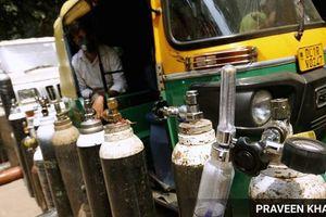 Covid-19 Ấn Độ: 'Úm ba la' bình chữa cháy thành bình oxy