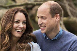 Vợ chồng Hoàng tử William 'tình bể tình' trong bức ảnh 10 năm ngày cưới