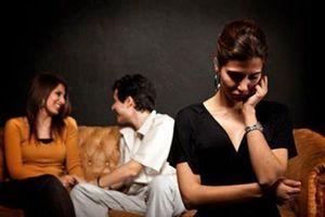 Nhìn người phụ nữ đang âu yếm với chồng mình, vợ chết lặng bởi 'bí mật' khủng khiếp