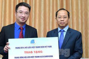 T.Ư Hội LHTN Việt Nam tặng 25 nghìn khẩu trang T.Ư Hội LHTN Campuchia
