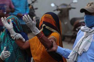 Covid-19: Ấn Độ lún sâu trong 'hố đen' đại dịch, ĐNA căng như dây đàn