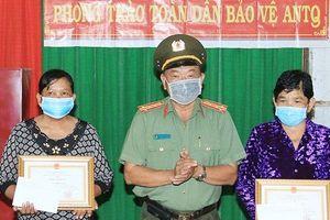 Tặng giấy khen cho hai phụ nữ tay không bắt cướp