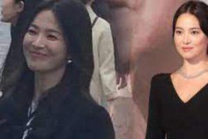 Song Hye Kyo gây xôn xao với nhan sắc thật qua ảnh 'team qua đường', vẫn một kiểu tóc nhưng giờ đã khác?