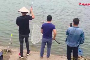Hà Nội: Tự xưng người 'nhà hồ' thu phí câu cá trái phép tại hồ Định Công