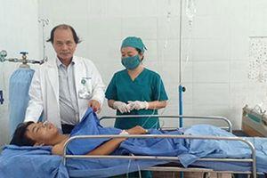 Xúc động chuyện thầy cô và bạn bè cứu nam sinh gặp nạn: 'Bác sĩ cứ mổ đi, tôi đảm bảo máu không thiếu'