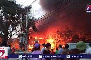 Cháy lớn thiêu rụi xưởng may ở huyện Văn Giang