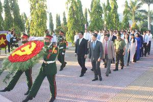 Lãnh đạo tỉnh Khánh Hòa viếng và đặt vòng hoa tại Nghĩa trang liệt sĩ Hòn Dung