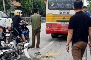 Lao thẳng vào đuôi xe buýt, tài xế xe máy ngã ra đường bị thương